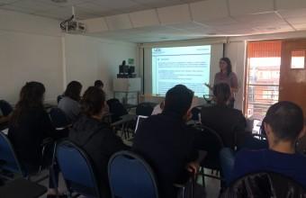 La Dra. Marianne Daher expone sobre el ciclo de intervención social en el cuarto coloquio