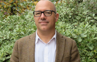 Psicólogo Javier Martínez es consultado como fuente para conocer relación entre estrés por congestión y desempeño laboral