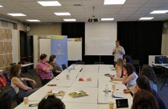 Relación entre familia y escuela es debatida en encuentro con experto catalán