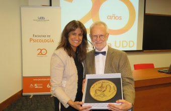 En emotiva ceremonia se entrega premio Dr. Luis Tapia- Villanueva a la academia y las artes